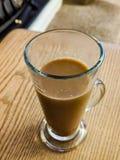 Verre de café sur la table en bois image libre de droits