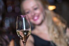 Verre de champagne avec le rouge à lèvres rose imprimé Photos stock