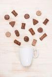 Verre de chocolats de lait chocolaté et de variété sur la table Photographie stock libre de droits