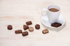 Verre de chocolats de lait chocolaté et de variété sur la table Images stock