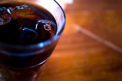 Verre de cocktail avec de la glace photographie stock