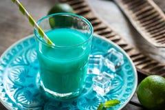 Verre de cocktail bleu du Curaçao et de jus Images stock