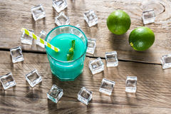 Verre de cocktail bleu du Curaçao et de jus Photos stock