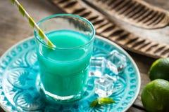 Verre de cocktail bleu du Curaçao et de jus Photos libres de droits