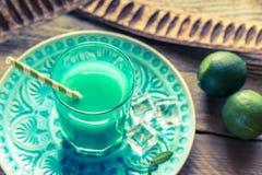 Verre de cocktail bleu du Curaçao et de jus Images libres de droits