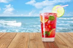 Verre de cocktail rouge froid image stock