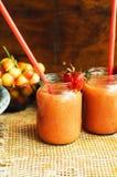 Verre de cocktail sans alcool de fraise fraîche avec des baies Image libre de droits