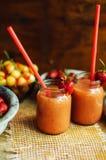 Verre de cocktail sans alcool de fraise fraîche avec des baies Image stock
