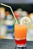 Verre de cocktail sur la barre photo libre de droits