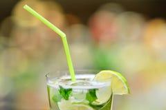 Verre de cocktail sur la barre photo stock