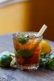 Verre de cocktail sur la table images stock