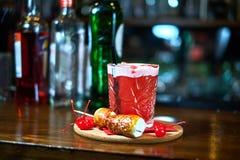 Verre de cocktail sur la table en bois dans la barre Mouvement lent Photographie stock libre de droits