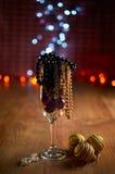 Verre de décorations de champagne, d'arbre de Noël et de perles Images stock