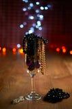 Verre de décorations de champagne, d'arbre de Noël et de perles Photos libres de droits