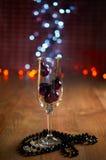 Verre de décorations de champagne, d'arbre de Noël et de perles Photo stock