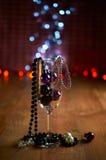Verre de décorations de champagne, d'arbre de Noël et de perles Photos stock