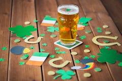 Verre de décorations de jour de patricks de bière et de St Photo stock