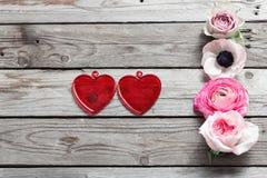 Verre de deux rouges avec une forme d'un coeur sur la table rustique en bois Amour pour le jour du ` s de Valentine Vue supérieur Photographie stock libre de droits