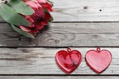 Verre de deux rouges avec une forme d'un coeur sur la table rustique en bois Amour pour le jour du ` s de Valentine Vue supérieur Photos libres de droits
