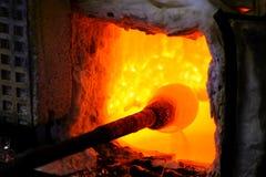 Verre de fabrication dans un four traditionnel, le worki de souffleur de verre Photos stock