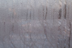 Verre de fenêtre avec des baisses de l'eau de condensation Image stock