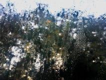 Verre de fenêtre avec le foyer sélectif de condensation Humidité élevé pendant le matin dans la saison d'hiver photos stock