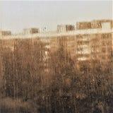 Verre de fenêtre avec les gouttes de pluie débordantes au-dessus de lui images libres de droits