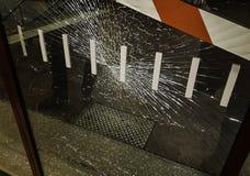 Verre de fenêtre cassé dans un lieu public de la ville photographie stock libre de droits