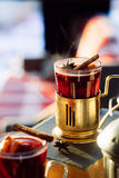 Verre de fil délicieux de glintwein de cerise avec de la cannelle photo libre de droits