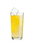 Verre de froid de boissons de soude orange avec des glaçons Image libre de droits