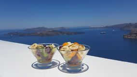 Verre de fruit frais par la mer, Grèce, Santorini Photo stock