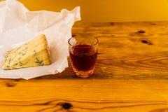 Verre de genièvre de prunellier avec du fromage de stilton image libre de droits
