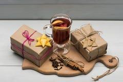 Verre de glintwein délicieux ou de vin chaud chauffé Images stock