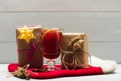 Verre de glintwein délicieux ou de vin chaud chauffé Image stock