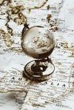 Verre de globe sur la vieille carte Images libres de droits
