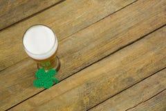 Verre de jour de St Patricks de bière avec l'oxalide petite oseille Images stock