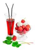 Verre de jus avec la crème glacée et les fraises  photographie stock