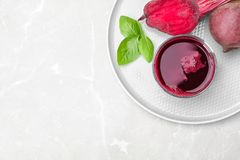 Verre de jus, de basilic et de légume frais de betterave photos stock