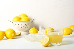 Verre de jus de citron et de fruit frais image libre de droits