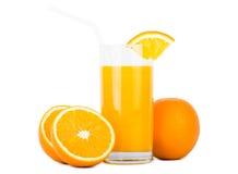 Verre de jus d'orange avec des oranges Images stock
