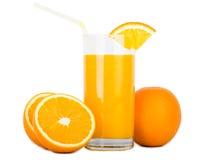 Verre de jus d'orange avec des oranges Photographie stock