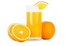 Verre de jus d'orange avec des oranges Photographie stock libre de droits