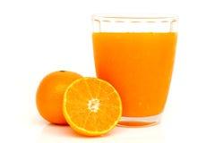 Verre de jus d'orange avec des tranches oranges Photo libre de droits