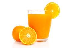 Verre de jus d'orange avec des tranches oranges Image stock