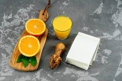 Verre de jus d'orange de ci-dessus sur le fond concret Affichage de produit à base de fruits Photographie stock