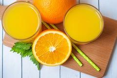 Verre de jus d'orange de ci-dessus sur la table en bois images stock