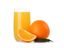 Verre de jus d'orange et de fruit orange d'isolement sur le blanc Images stock
