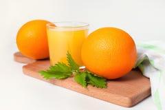 Verre de jus d'orange sur la table en bois, boisson fraîche photographie stock