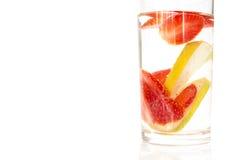 Verre de jus de citron avec les citrons et la fraise coupés en tranches Image libre de droits