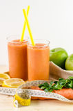 Verre de jus de fruit avec l'orange, les carottes et le gingembre Image stock